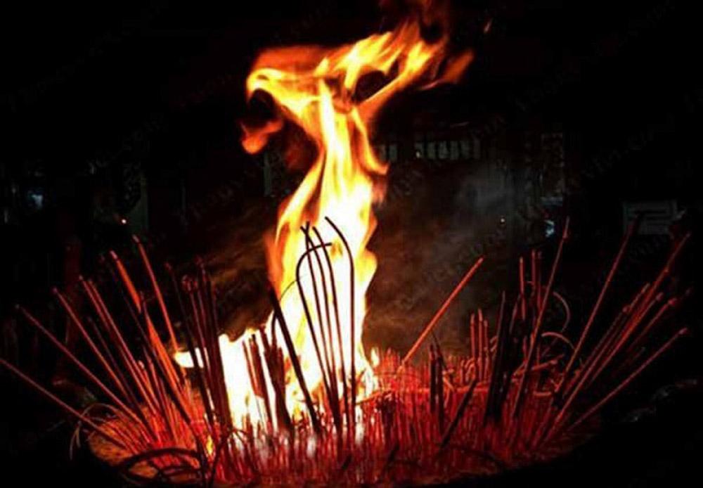 Bát hương cháy có điềm gì