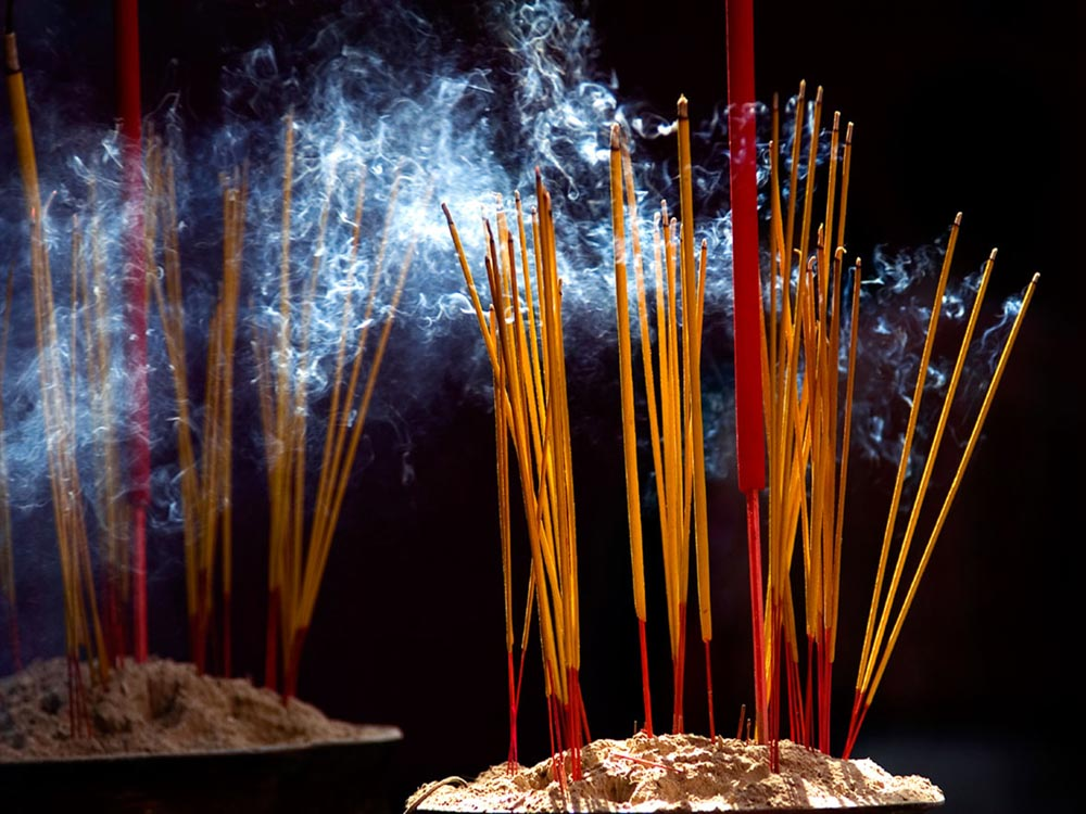 Cần bình tĩnh để khắc phục vấn đề về việc bát hương bốc cháy